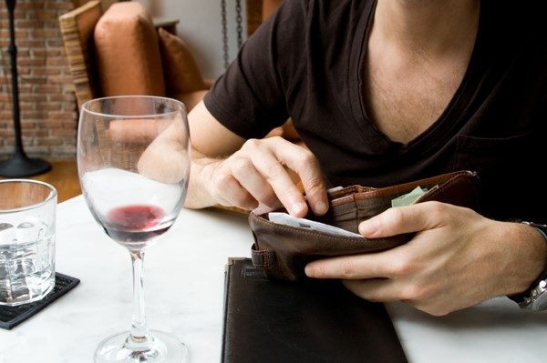 To pay or not to pay. Bills during dating.